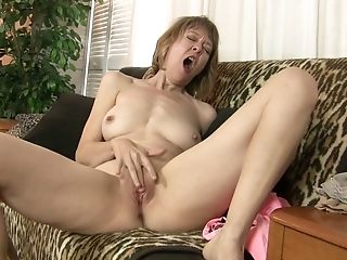 Wrinkled mature nympho Jamie Foster wanna tease her old pussy