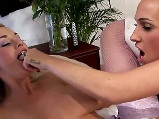 Horny blackhead cutie and slutty blondie please each other with tongue in bed